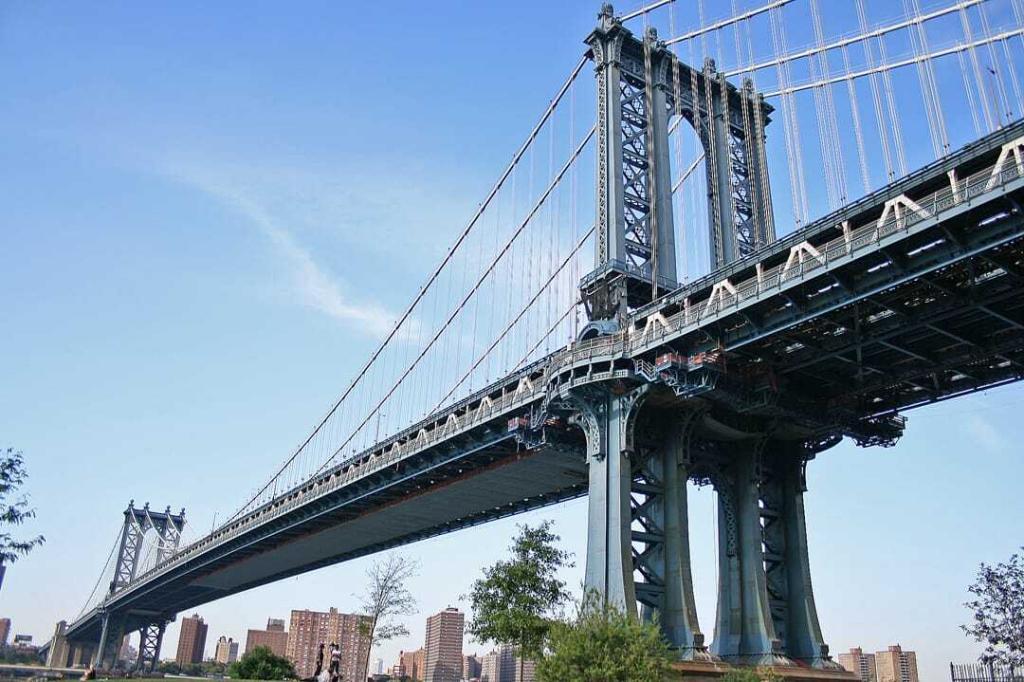 Se observa el Puente de Manhattan visto desde abajo