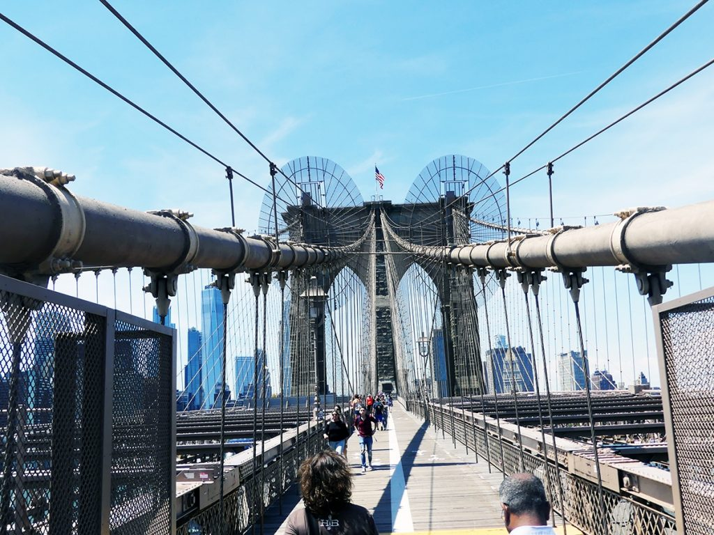 Se observa uno de los famosos Puentes de Nueva York, en concreto el paseo peatonal del Puente de Brooklyn