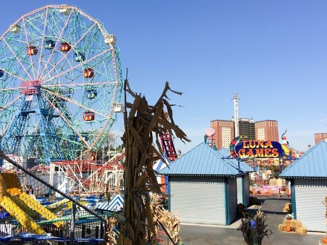 Se observa la atracción de Coney Island Wonder Wheel, una noria ubicada en Luna Park