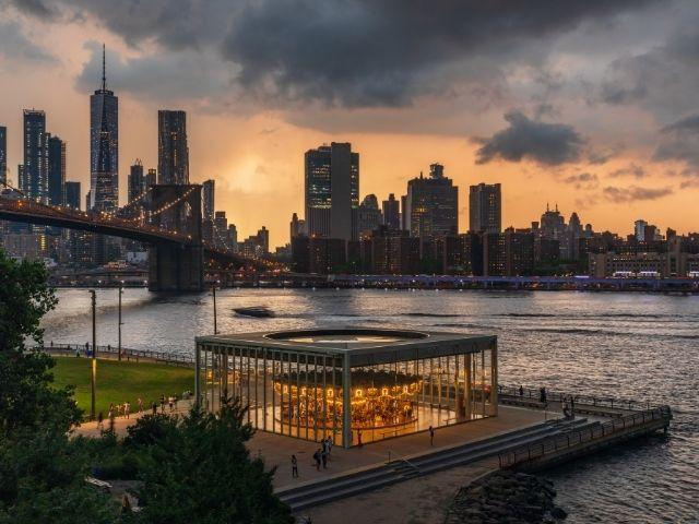 Se observa el Brooklyn Bridge Park y el Puente de Brooklyn