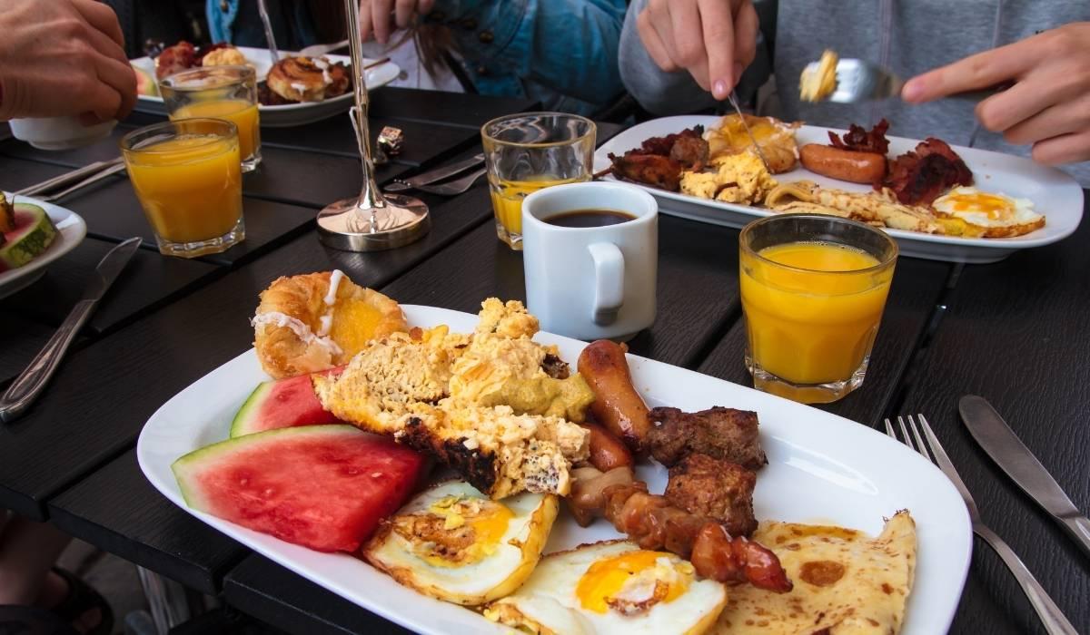 Brunch en Nueva York con todos sus ingredientes típicos, huevos Bacon, tortitas etc.