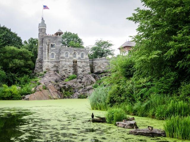 Se observa el Castillo Belvedere en Central Park sobre una gran vegetación