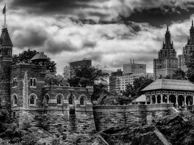 Se visualiza el castillo Belvedere de Central Park en una imagen en blanco y negro