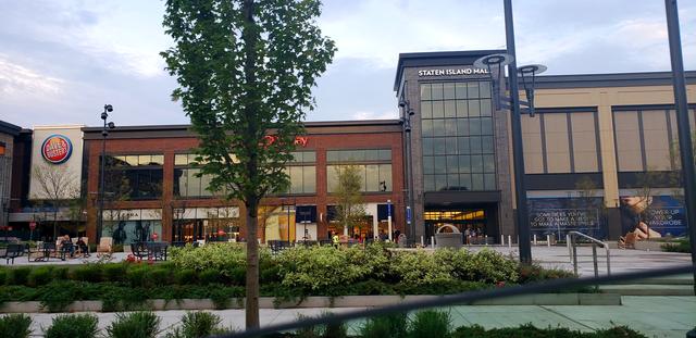 Centros comerciales en Nueva york, en este caso se observa la fachada del Staten Island Mall