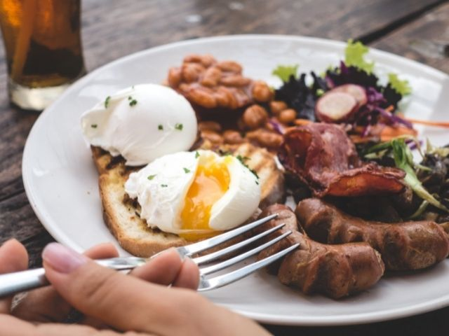 Para desayunar en Nueva York se utiliza un Brunch típico con: salchichas, Bacon , alubias y huevos.