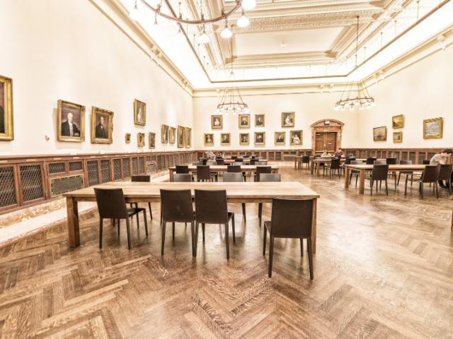 Se observa el interior de la biblioteca pública de Nueva York