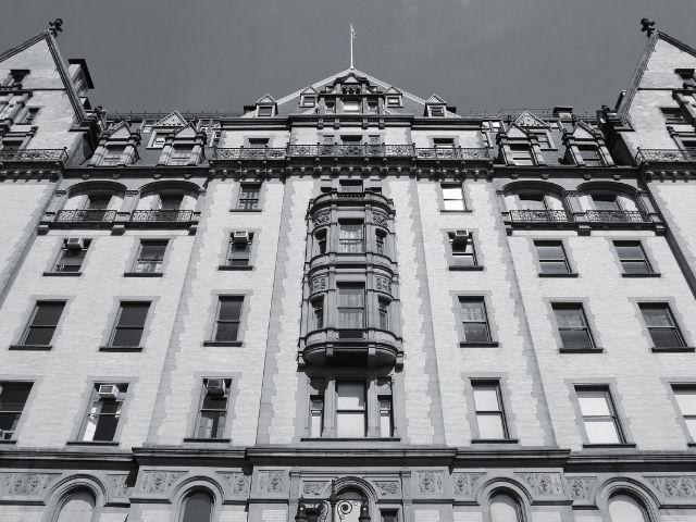 Se observa la fachada del edificio Dakota en Nueva York, destacan sus construcciones puntiagudas de estilo renacentista