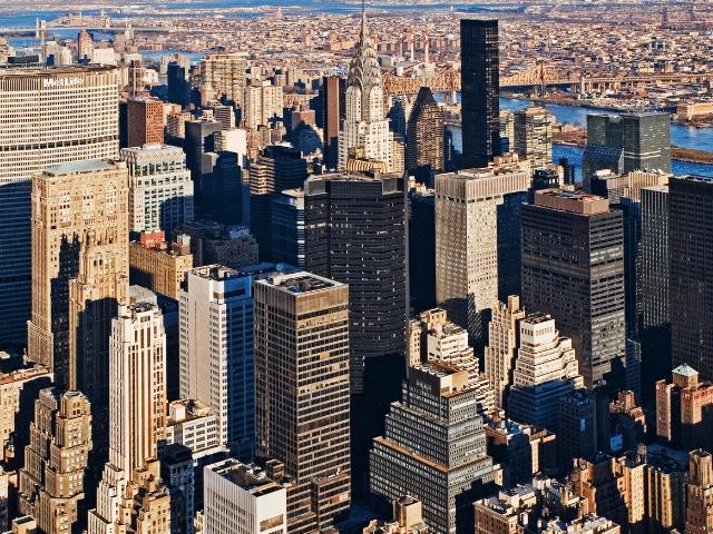 Se observan desde el cielo varios edificios en nueva york