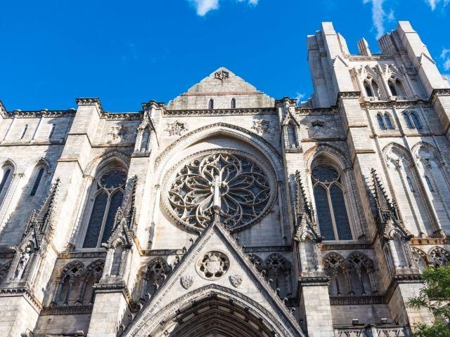 Se observa la fachada de la Catedral de San Patricio en Nueva York