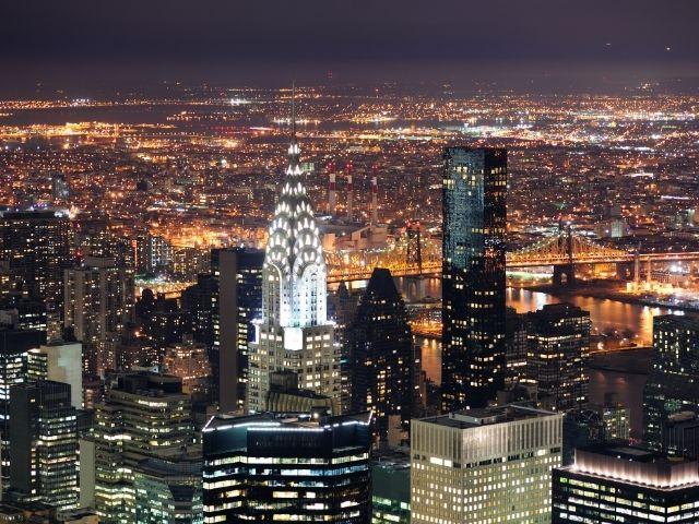 Se observa visto desde el cielo y por la noche, varios edificios de nueva york, destaca con mayor luminosidad el Chrysler Building