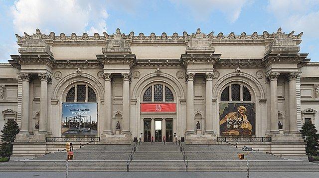 Se observa la fachada del Metropolitan Museum of Art con sus amplias escaleras hacia la entrada