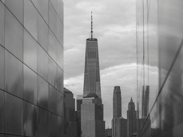 Vista en blanco y negro de la salida del Empty Sky Memorial en New Jersey