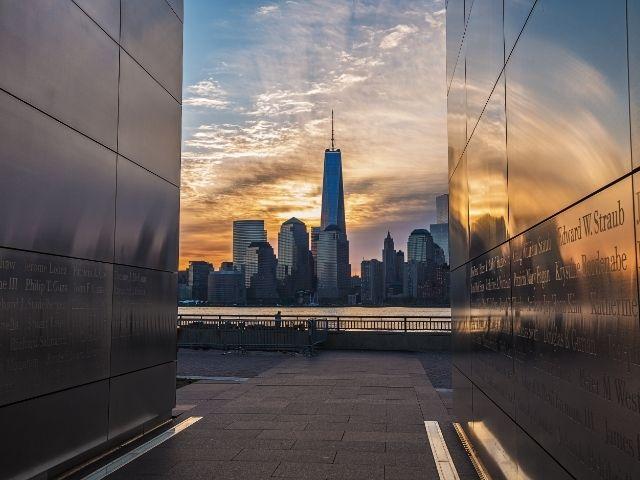 Se observa la salida del Empty Sky Memorial en New Jersey y detrás el skyline de los edificios