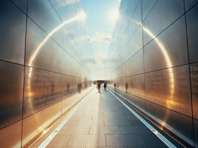 Se observa la entrada al Empty Sky Memorial en New Jersey