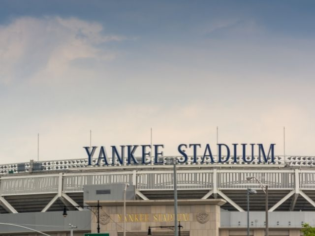 Se observa la entrada del Estadio de los Yankees en el Bronx