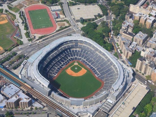 Se observa el Estadio de los Yankees de Nueva York, donde se juegan los mejores partido de beisbol del mundo.