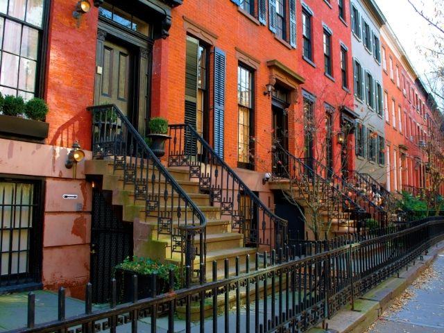 Se observan las edificios típicos de Greenwich Village en Nueva York