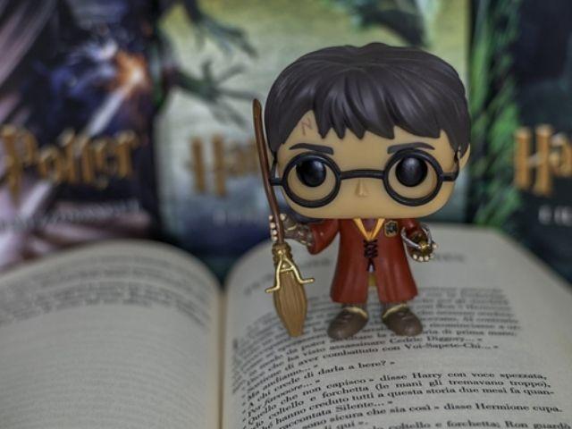 Se observa una miniatura de Harry Potter sobre un Libro en la Tienda Harry Potter