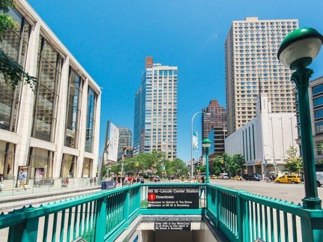 Se observa la parada de metro correspondiente a la Lincoln Square en Nueva York