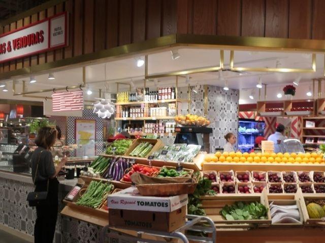 Se observa un puesto de comida en el mercado de Little Spain, Nueva York
