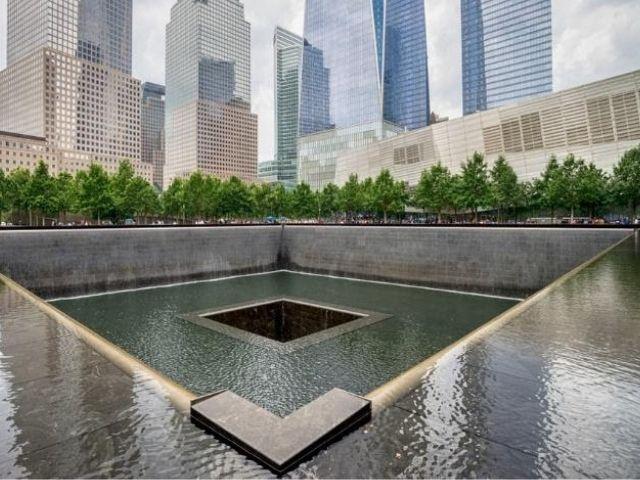 Se observa el Memorial 911, dedicado a todas las victimas de aquel fatal día en Nueva York