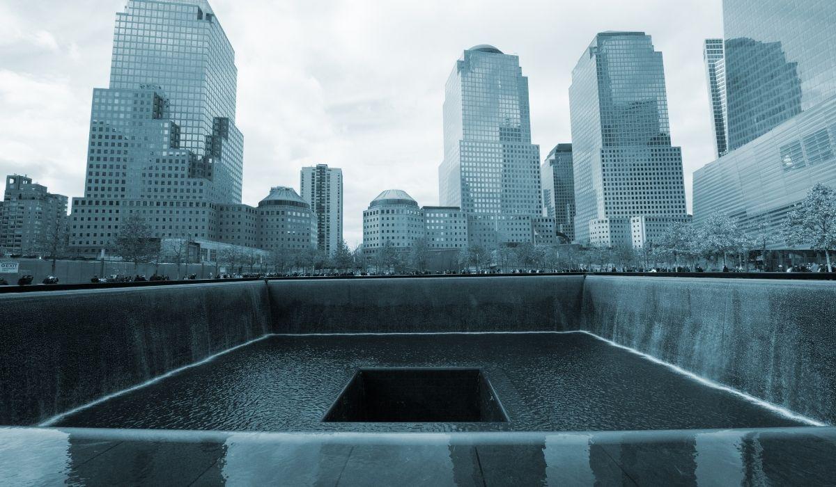 Se visualiza el Memorial 911 en una foto en blanco y negro