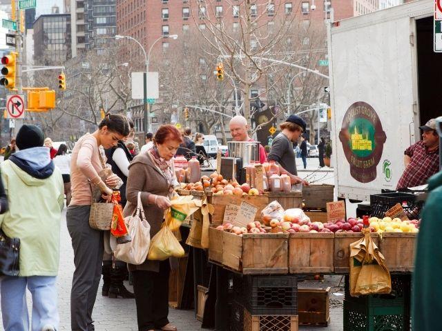 Se visualiza a personas comprando en el mercado agrícola de Lincoln Square en Nueva York