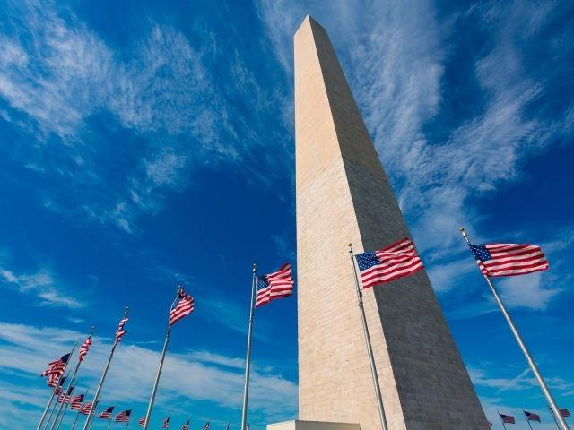 Se observa el Monumento a Washington rodeado de banderas de EEUU