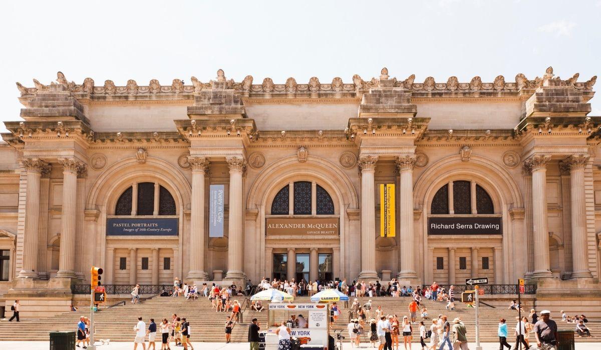 Se visualiza la fachada de el Museo Metropolitano de Arte de en la Ciudad de Nueva York