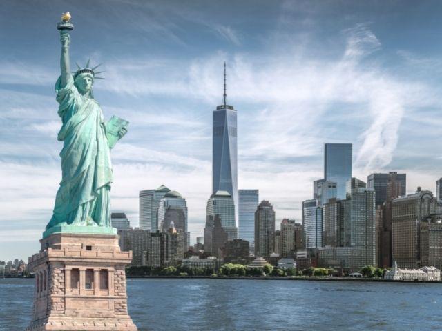 Se observa al fondo el skyline del World Trade center de Nueva York con la Estatua de la libertad al frente
