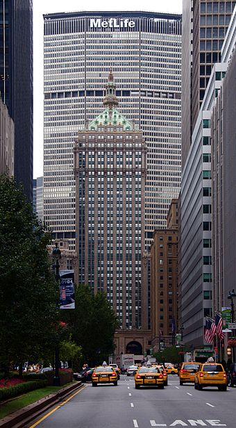 Vistas del edificio MetLife desde la perspectiva de un peatón.