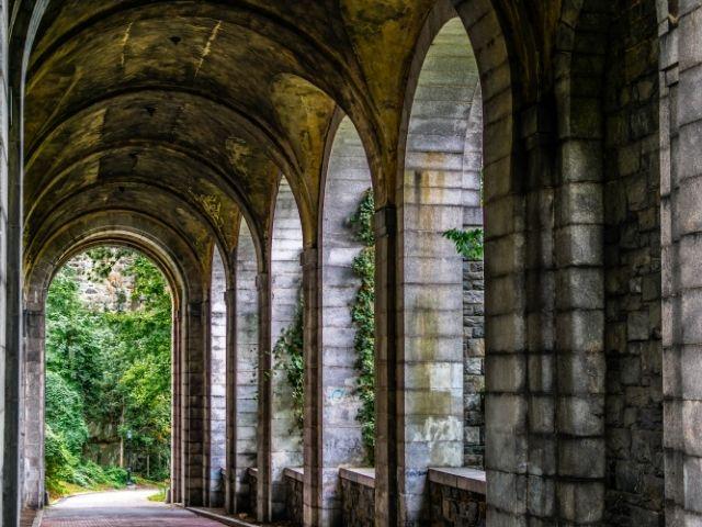 Se observan los arcos del parque en Nueva York Fort Tryon, en la fotografía podemos aprecias sus arcos de estilo gótico.