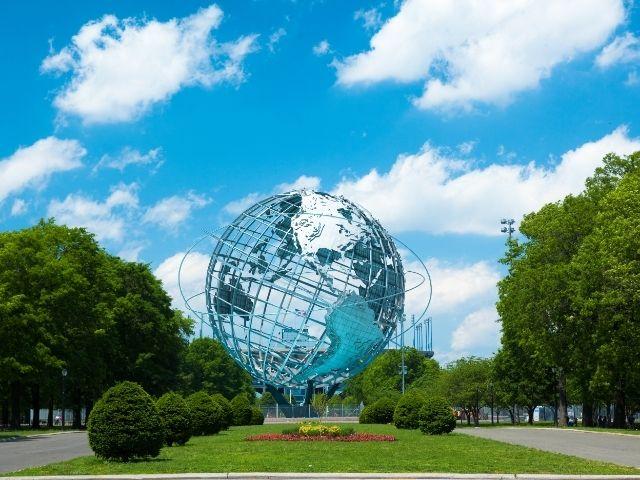 Reconocido como uno de los Parques en Nueva York más bonitos, destaca por su gran globo terráqueo como se observa en la imagen.