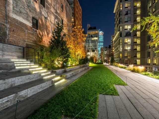 Se observa el paseo del parque High Line en Manhattan