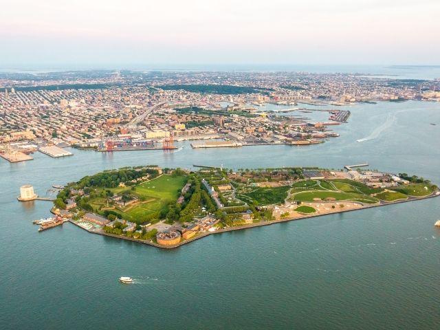 Se observa el parque en Nueva York Governor's Island desde una vista aérea.