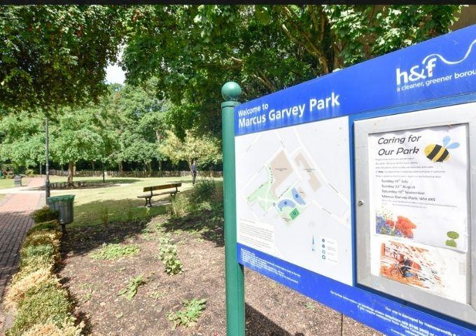 Se observa el letrero de Marcus Garvery Park donde se detalla su tamaño, zonas y características