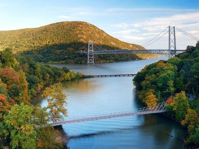 Se observa el  valle del Río Hudson Uno de los Ríos de Nueva York más famosos. Atravesando dos puentes el valle