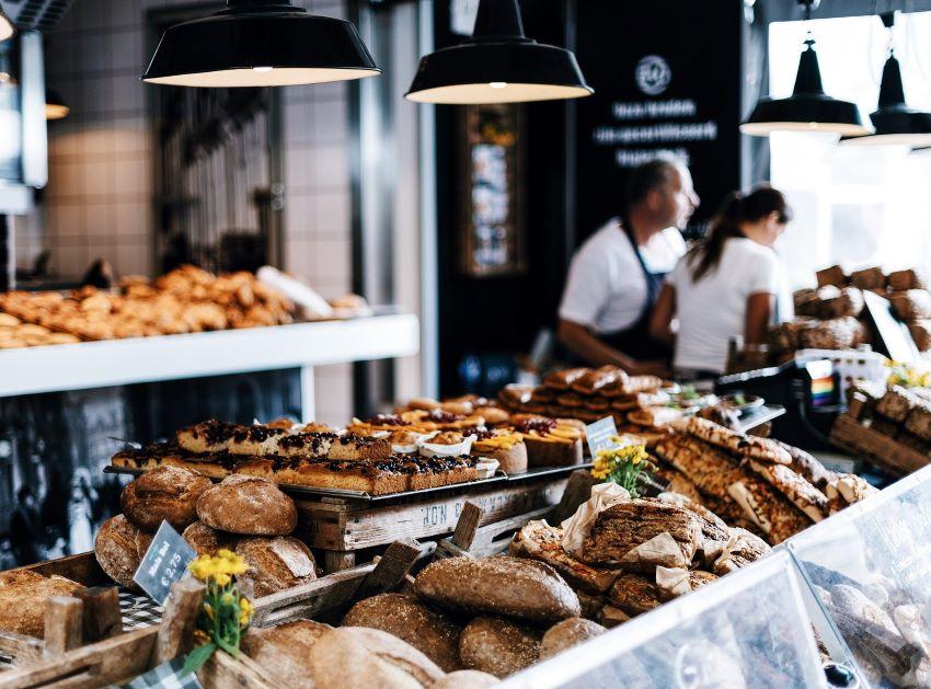 Se visualiza un ejemplo de un puesto de comida con varios pinchos y tapas en Little Spain, Nueva York