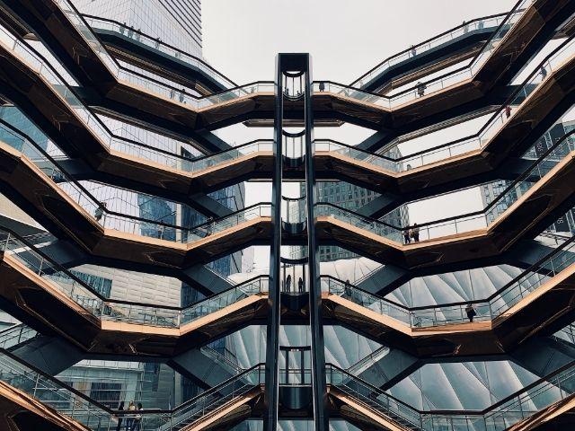 Se observan las escaleras del edificio The Vessel en su interior.