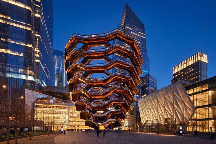 Se observa el edificio The vessel de Nueva York por la noche