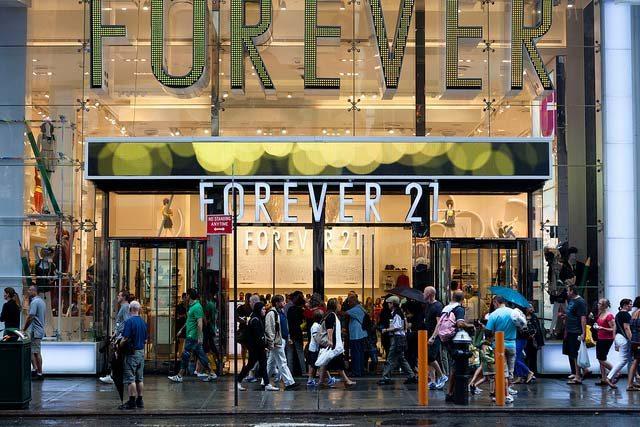 puerta tienda forever con gente fuera caminando en nueva york