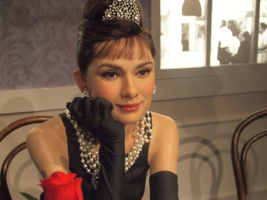 Se observa a Audrey Hepburn con pose pensativa, de la película Desayuno con Diamantes