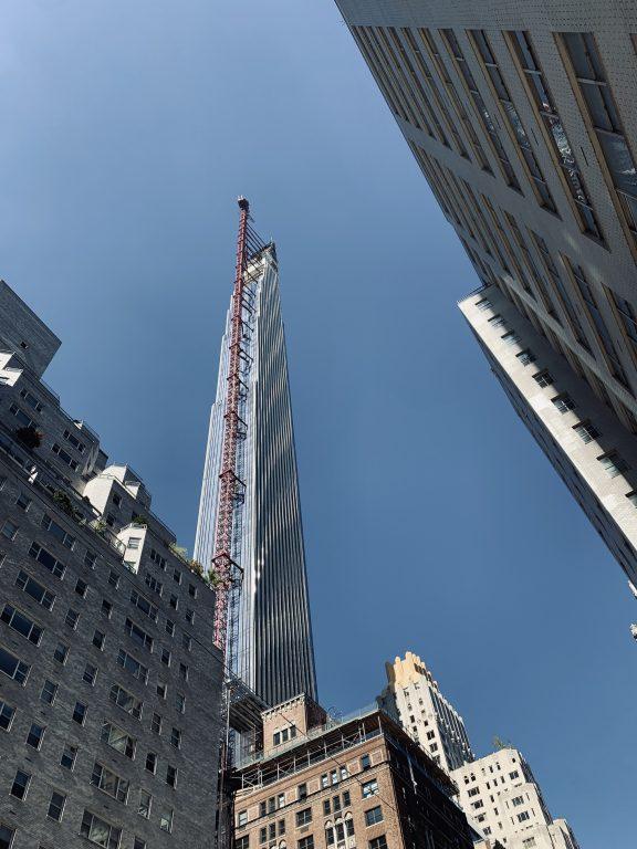 La Steinway Tower con una grúa y andamios en proceso de acabar su construcción. Vista desde la perspectiva de un peatón.